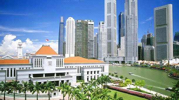 Singapur con el Hotel Raffles en primer plano