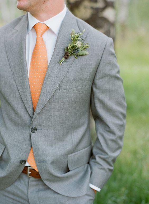 in einem grauen Anzug, einem weißen shirt und einer gedruckten orange Krawatte für einen eleganten look mit einem bunten touch