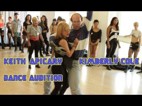 video que muestra a un friki en una audición de baile