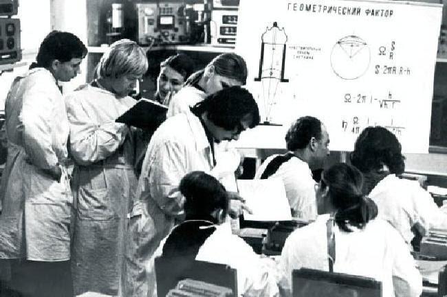 Δημόσια Δωρεάν εκπαίδευση σε όλες τις βαθμίδες (Φοιτητές σε δωμάτιο μέτρησης ραδιενέργειας κάνουν υπολογισμούς - Οκτώβρης 1974)