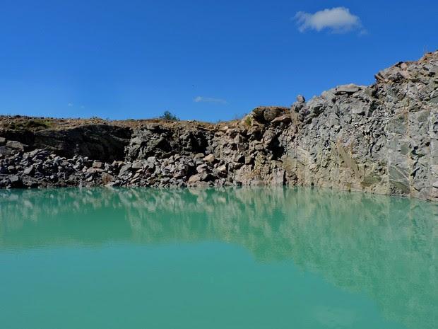 Água da chuva se acumulou na cratera e ficou com a coloração azul (Foto: Narcizo Veras/Arquivo Pessoal)