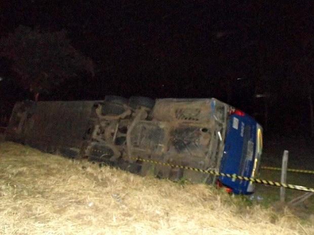 Ônibus com alunos da Marinha tomba e deixa 10 feridos no Espírito Santo (Foto: João Thomazelli/ Portal 27 )