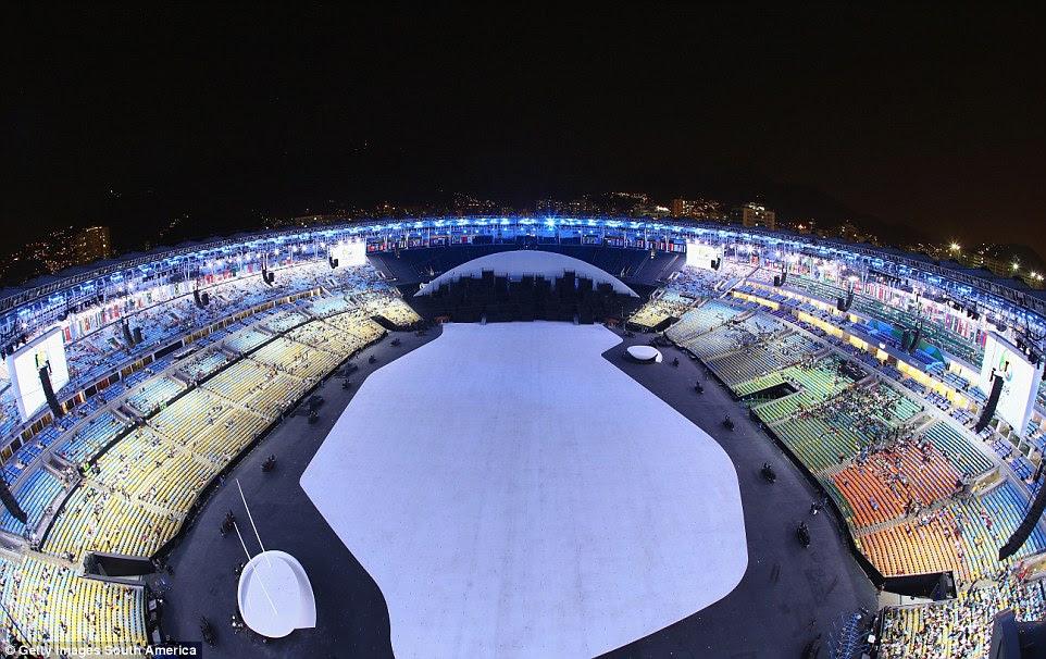 Muitos dos cidadãos do Brasil, irritados com dificuldade econômica, votou para ficar longe de sua Olimpíada muito elogiado cerimônia de abertura (na foto são os lugares vazios como o estádio cheio para a cerimônia)