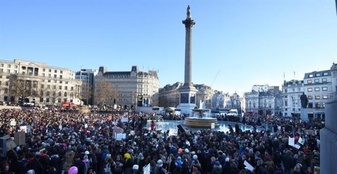Miles de manifestantes en la 'Marcha Hermana' en la plaza de Trafalgar en Londres / EFE