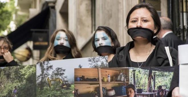 Activistas de Alianza por la Solidaridad y Amigos de la Tierra, frente a la embajada de Guatemala en Madrid / Sara Plaza