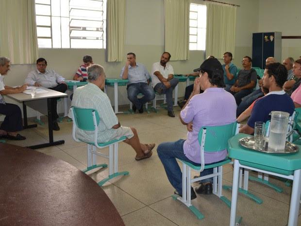 Durante a reunião o representante do Governo afirmou que, a partir do dia 19 de abri, será retomado o vôo para Cuiabá em um avião maior. (Foto: Magda Oliveira/G1)
