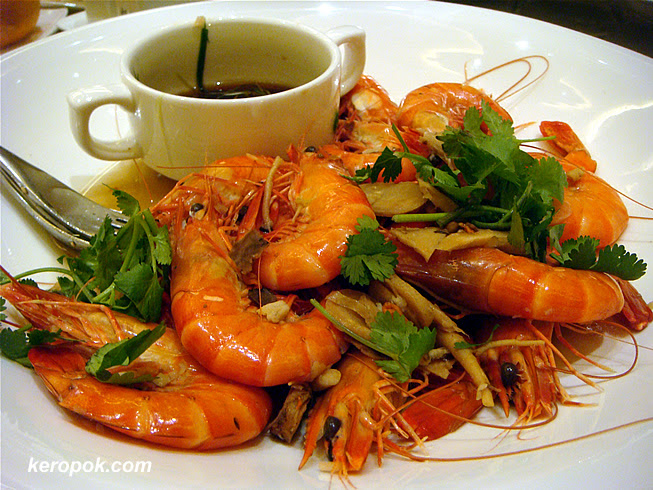 Poach Live Prawns with Chinese Wine and Herbs
