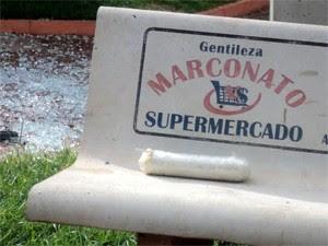 Dinamite deixada no banco da praça pelos suspeitos (Foto: Carlos Alberto de Souza/Arquivo pessoal)