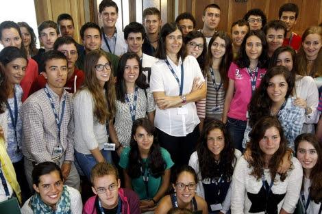 María Blasco junto con alumnos que asisten al Aula de Verano 'Ortega y Gasset' en Santander.
