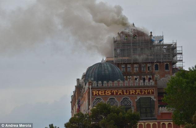 En fumée: fumée pouvait être vu de miles autour après un incendie a éclaté dans le dôme de l'hôtel à midi