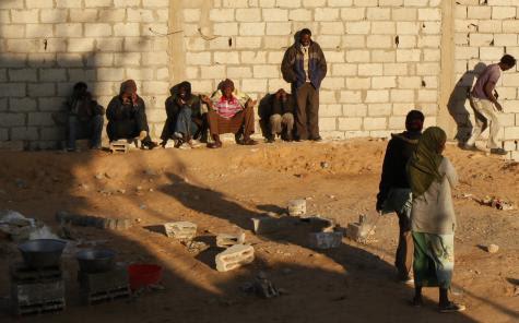 Des Érythréens attendant de passer la frontière entre l'Égypte et Israël, le 25 décembre 2010. © Reuters