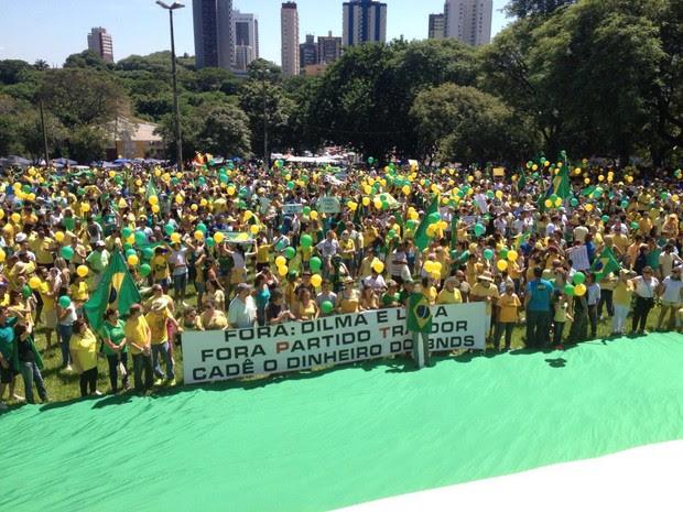 Manifestantes percorreram as principais ruas de Foz do Iguaçu na manhã deste domingo (13); ato foi encerrado na Praça da Paz com a soltura de balões (Foto: Caio Vasques / RPC)