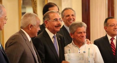 Presidente entrega RD$200 millonesa 40 organizaciones de productores campesinos