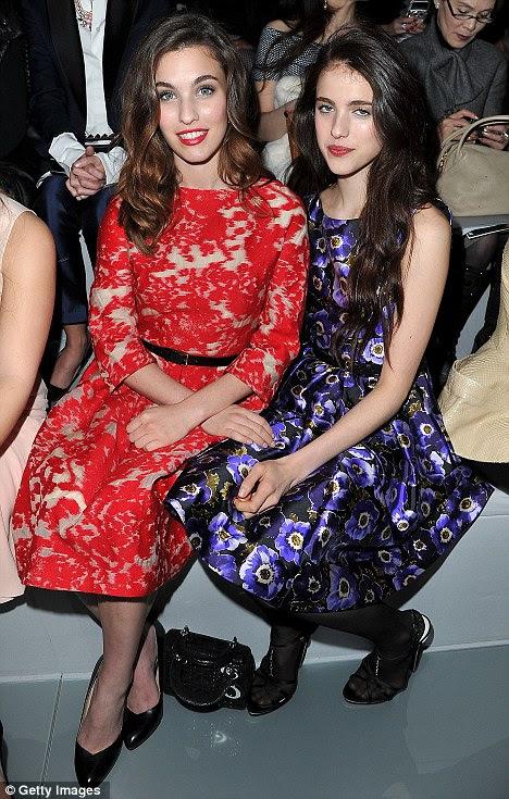 Onde está sua mãe?  As irmãs bonitas estavam desfrutando o espectáculo Paris Fashion Week pai-livre