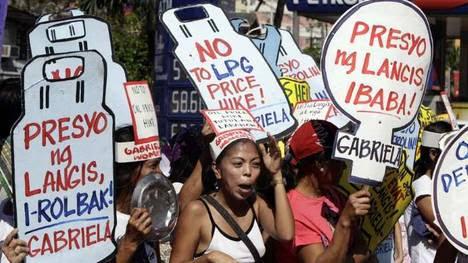 MANILA. Un grupo de mujeres grita consignas a la entrada del depósito de petróleo de Pandacan durante una manifestación con motivo del Día Internacional de la Mujer. (EFE)