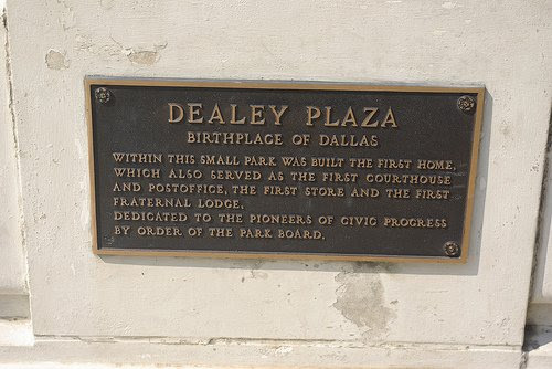 "A placa na parte inferior menciona que Dealey Plaza é o local de Dallas 'primeiro ""Fraternal Lodge"", que é uma Loja Maçônica."