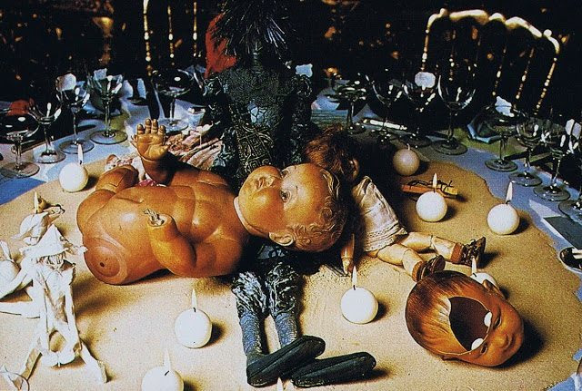 Table of the swaying dolls