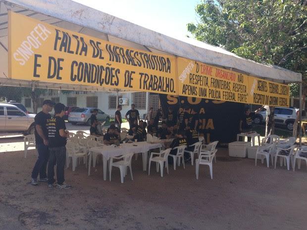 Policiais estão concentradas em frente a sede da PF/RR (Foto: Vanessa Lima/G1 RR)