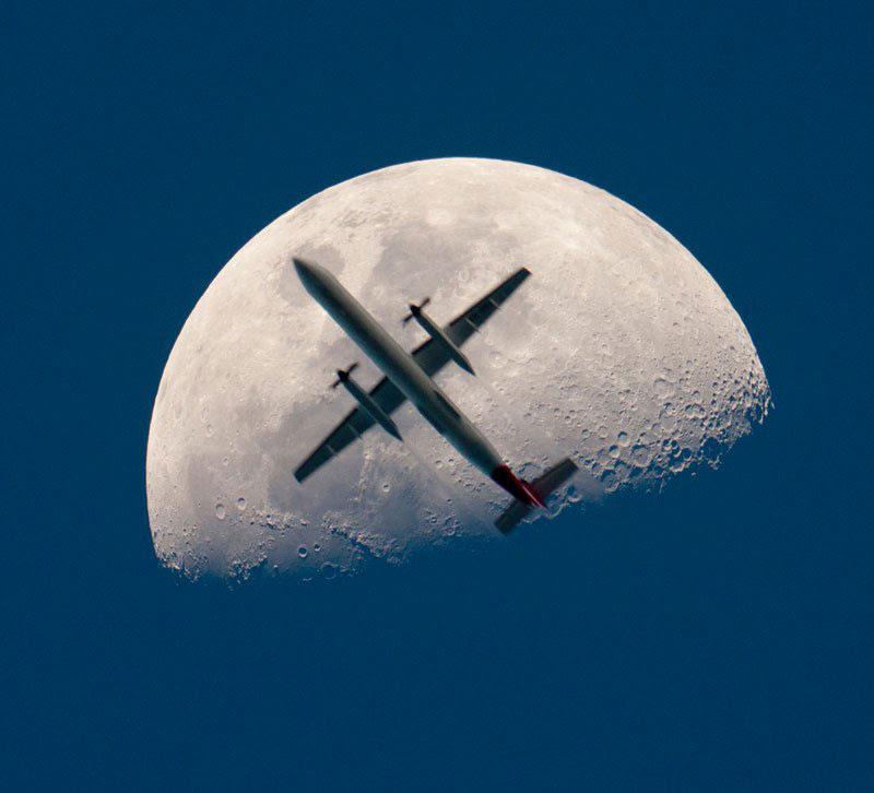 αεροπλάνου-πέρασμα-the-Mooon-τέλεια-timing