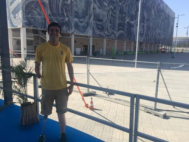 Luis Silva em frente a Arena Aquática, onde trabalha como voluntário (Foto: Matheus Rodrigues/ G1)