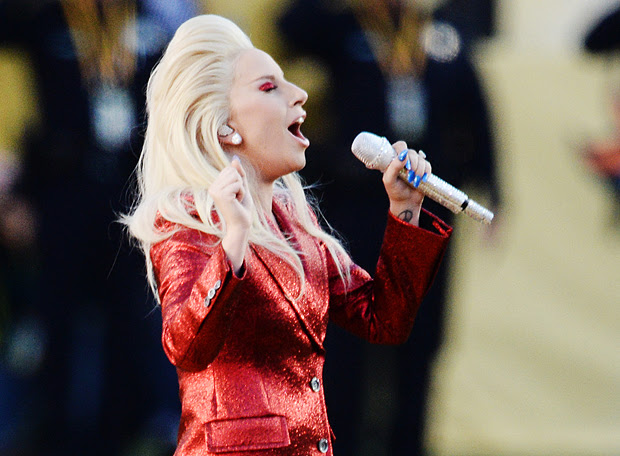 Lady Gaga canta o hino antes do início do Super Bowl do ano passado