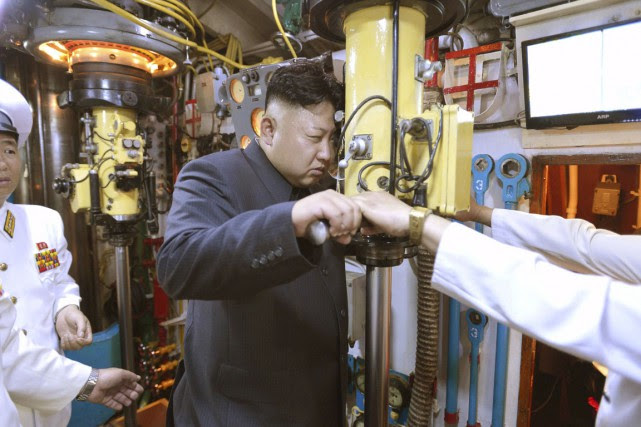 Kim Jong-un regarde dans le périscope d'un sous-marin... (PHOTO ARCHIVES REUTERS/KCNA)