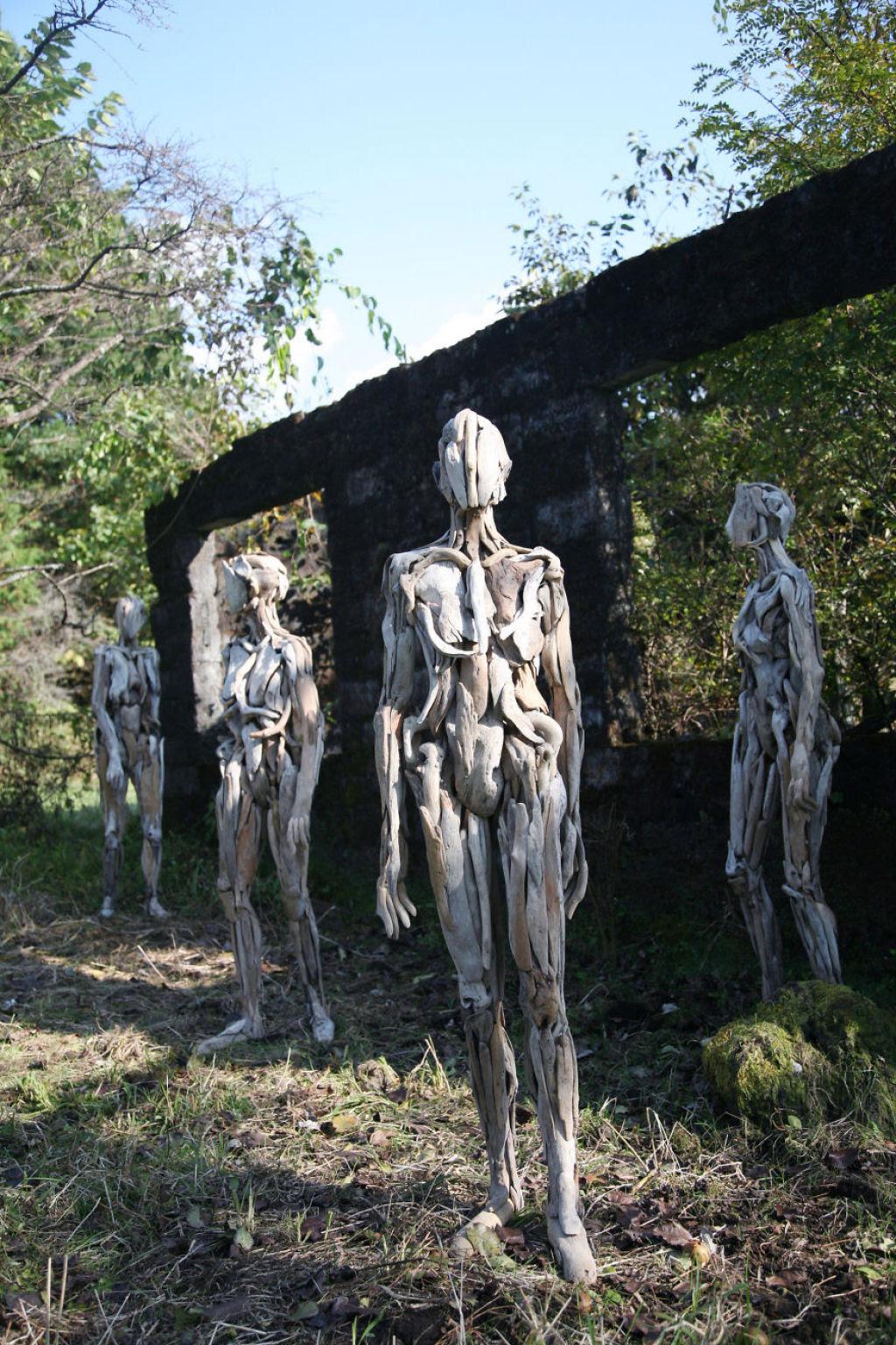 As inquietantes esculturas feitas com detrito de madeira no meio de bosque pelo japonês Nagato Iwasaki 07