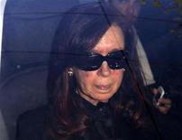 A presidente da Argentina, Cristina Kirchner, no carro ao chegar em hospital na última segunda-feira, em Buenos Aires. 07/10/2013 REUTERS/Pablo Molina-DyN