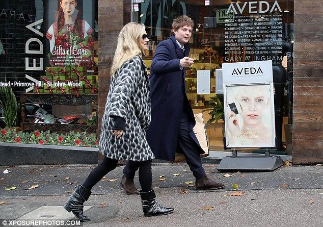 Ela pode contar com ele: Kate Moss, de 42 anos, usava um casaco declaração enquanto se dirigia para o almoço com ela on-off beau Nikolai Von Bismarck, 29 no fim de semana
