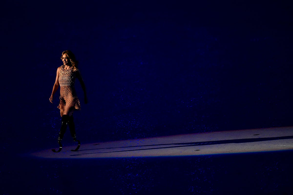 In a move that mirrored the walk by Gisele Bündchen during the opening ceremony of the Rio Olympics, snowboarder and model Amy Purdy walked across the stage during the opening of the Rio Paralympics.