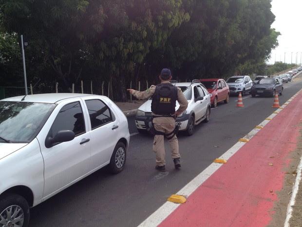 Policiais fazem abordagem aos motoristas durante a operação  (Foto: Gilcilene Araújo/G1)
