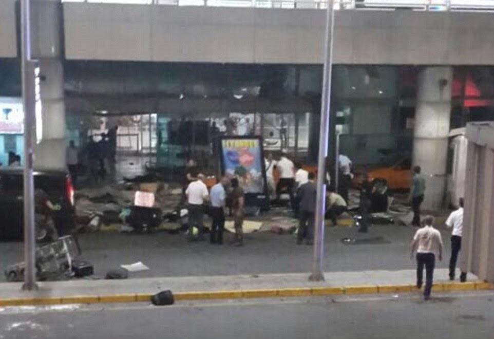 Uma fotografia da entrada do aeroporto internacional mostra destroços espalhados como os espectadores se reúnem ao redor para ajudar os feridos - estimada em mais de 100 pessoas