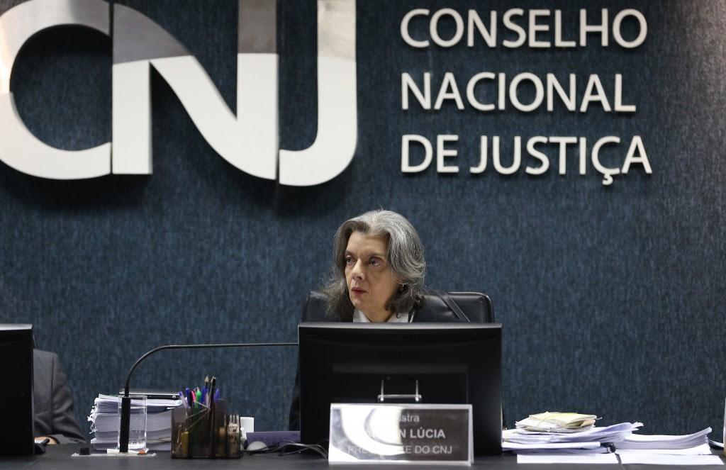 Brasília - A ministra Cármen Lúcia  comanda a primeira reunião do Conselho Nacional de Justiça (CNJ) depois que assumiu a presidência do Supremo Tribunal Federal (STF) para o julgamento de diversos processos administrativos e disciplinares.( Elza Fiuza/ Agência Brasil)