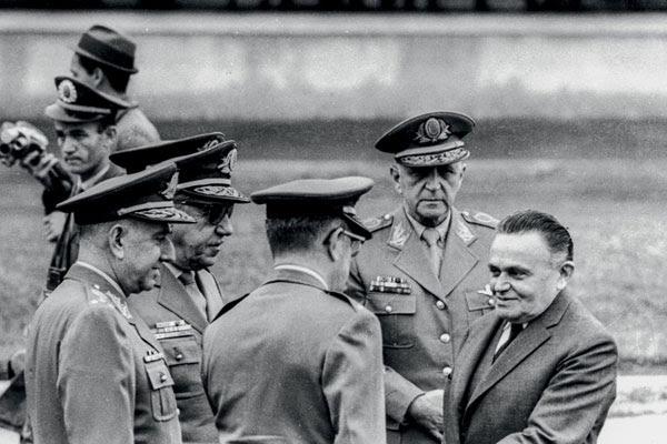 Marechal Humberto de Alencar Castelo Branco (D) assumiu o comando do país, após a deposição do presidente João Goulart