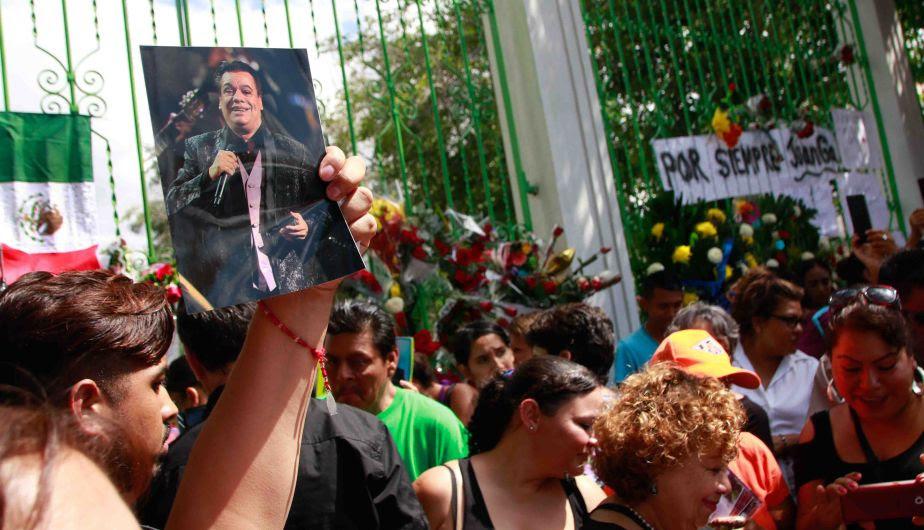 Resultado de imagen de cantautor mexicano Juan Gabriel durante un homenaje póstumo
