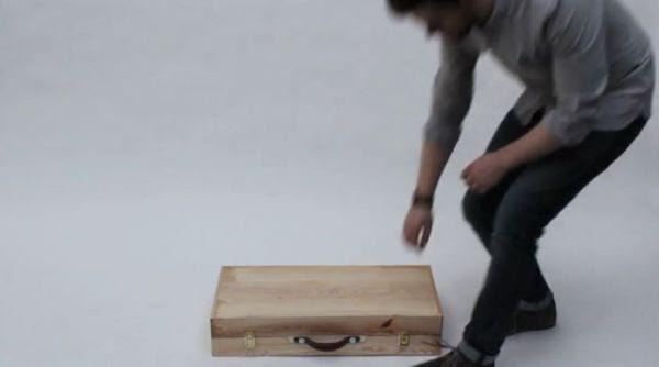 Una valigia in legno di frassino trasformabile tulipanorosa