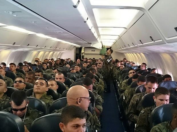 Soldados em avião que saiu de Brasília nesta sexta-feira (15) com primeira leva de tropas que vão atuar na segurança dos Jogos Olimpícos Rio 2016  (Foto: Mateus Rodrigues/G1)