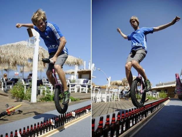 Alemão anda de monociclo sobre garrafas de cerveja por 8,9 m e bate recorde