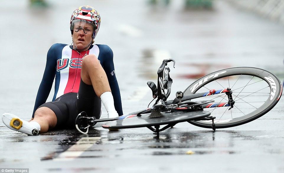 Kristin Armstrong afunda no chão de cansaço depois de ganhar ouro no contra-relógio rodoviário individual das mulheres