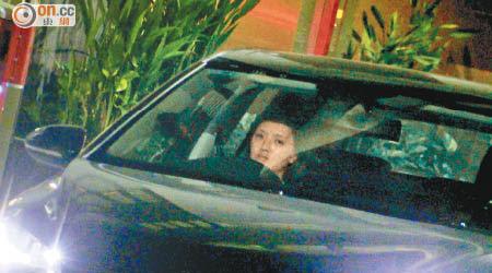 林欣彤獨自於車內等新歡現身。
