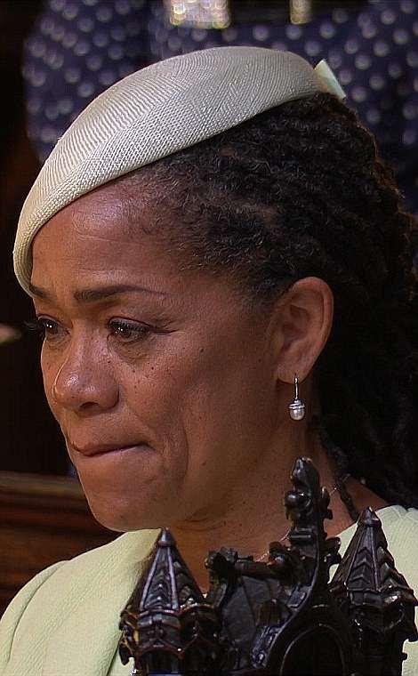 La madre de Meghan, Doria Ragland, a quien la estrella llama su roca, estaba llorando ante la gran entrada de su hija.
