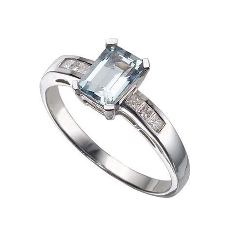 19 Stunning Emerald Cut Engagement Rings   hitched.co.uk