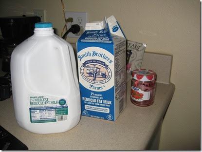 Milch in Gallonen. Dazu Marmelade und noch mehr Milch - I'm loving it! (Der Tetra Pack ist schon leer ... typisch!