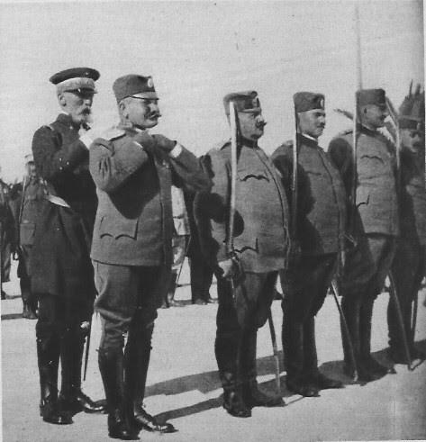 Вицеадмирал Емил Гепрат одликује српског **пуковника Михаила Ђорђевића** 7. маја 1916.