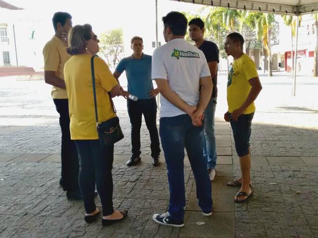 Em Rio Branco, capital do Acre, grupo de sete pessoas se reúne em frente a sede da Assembleia Legislativa do estado para participar de protesto contra a presidente afastada Dilma Rousseff e em apoio a operação Lava Jato (Foto: Quésia Melo/G1)