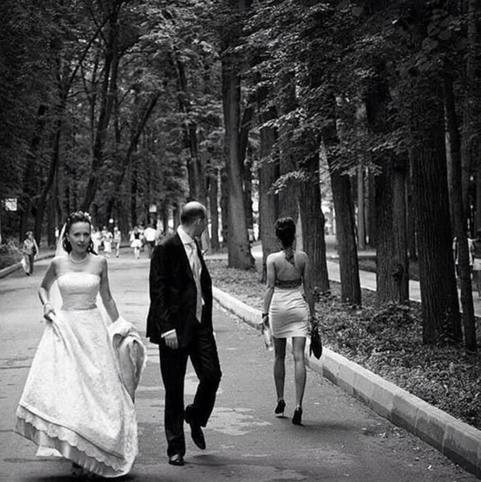 Recent casat es mira a una noia encara amb el vestit nupcial