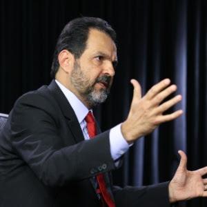 O governador do DF, Agnelo Queiroz, nega envolvimento com Carlinhos Cachoeira