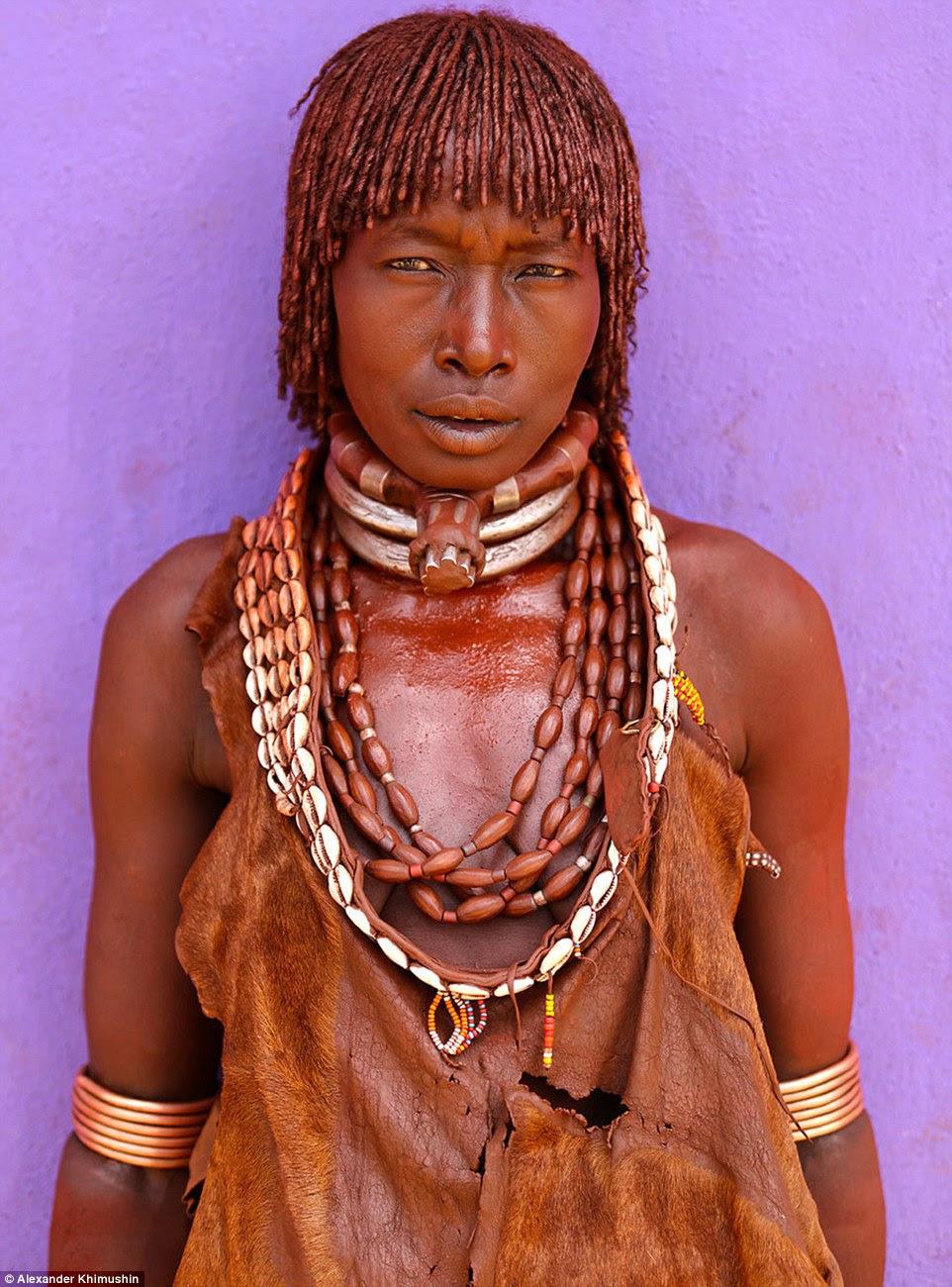 Uma mulher Hamer tribo colorida em um ocre marrom profundo com conchas em torno de seu pescoço é outra das fotos postadas em mídia social para o projeto FACE Mundial