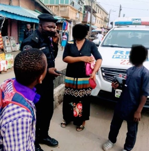 Lagos Police Return Lady's Purse Containing N115K After It Fell Off Without Her Knowledge (Photo)