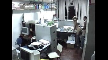 Câmera escondida flagra funcionários transando escondido